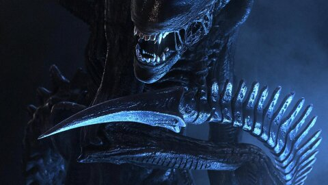 A Geiger Alien mugging for the camera, Aliens movie backdrop